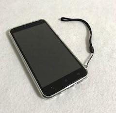 ZenFone3にストラップを付けられ、机に置いても滑らないクリアケース shizuka-willを装着